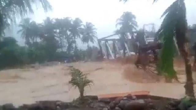 Video Detik-detik Jembatan di Sumatera Barat Roboh Diterjang Banjir Bandang