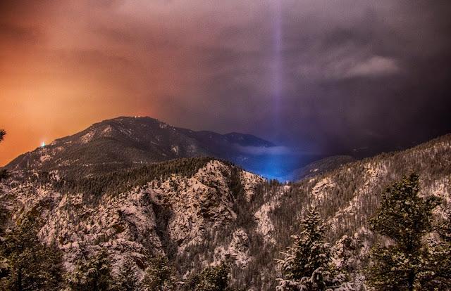 Hiện tượng quang học Light pillar - Cột sáng ở vùng núi của Công viên bắc Cheyenne Cañon, bang Colorado, nước Mỹ. Tác giả : Joe Randall.