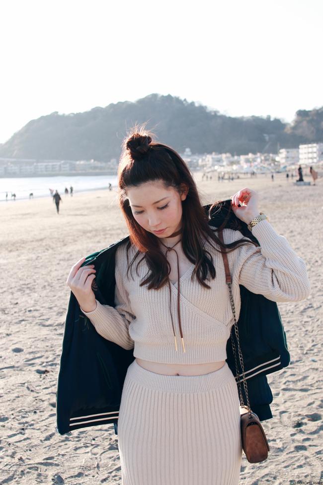 日本人ファッションブロガー,Mizuho K,今日のコーデ,Dresslily-ニットセットアップ、ツーピース,Zaful-ブラウンスウェードのストリングチョーカー,ZARA-ボンバージャケット,New Balance-スニーカー,Newchic-フェザーバックルクロスボディバッグ、フェミニンえストリートシックスタイル