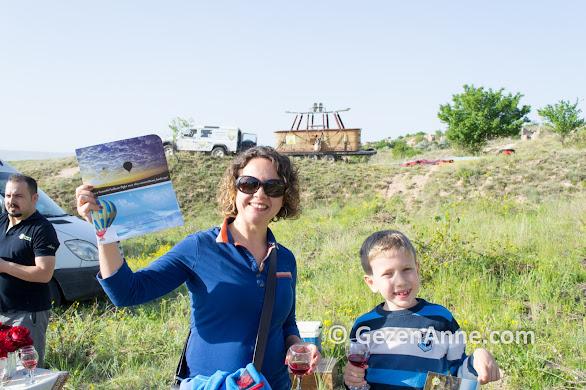 Balon turu sonrası şampanya kutlaması ve sertifikalar, Kapadokya