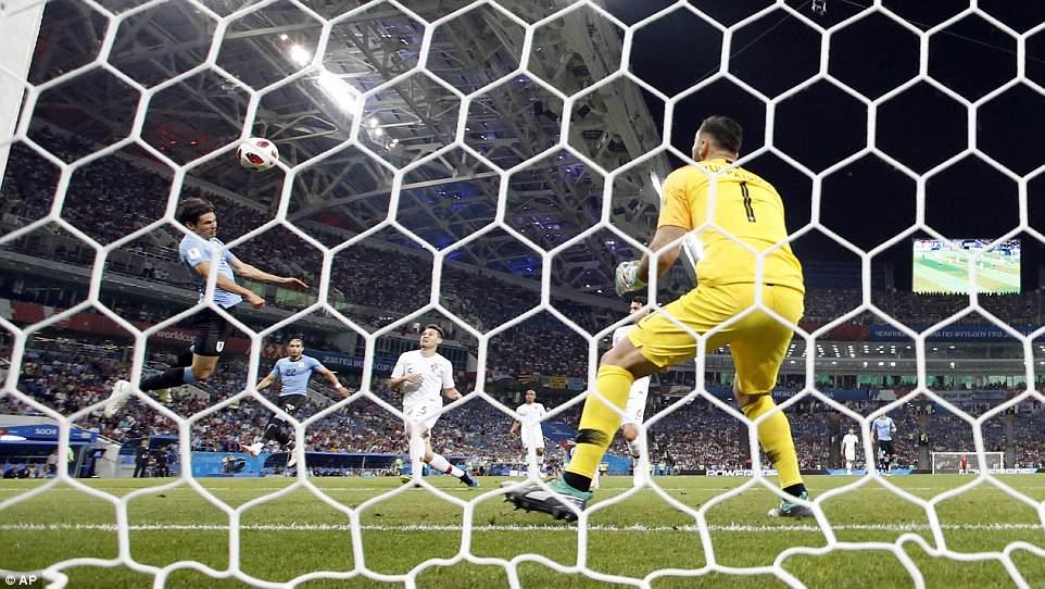 2b27cb0fb1 Foram do companheiro de Neymar no Paris Saint-Germain os dois gols do  Uruguai na vitória por 2 a ...
