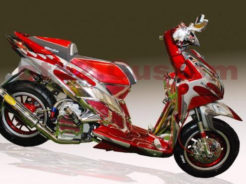 Foto Gambar Modifikasi Honda Vario Techno mengubah ban menjadi besar dan velg lebar serta mengganti knalpot racing bentuk keatas mengubah jok dengan bentuk tingkat serta didominasi warna merah dan sedikit warna putih tak lupa mengganti spion dengan model persegi kecil