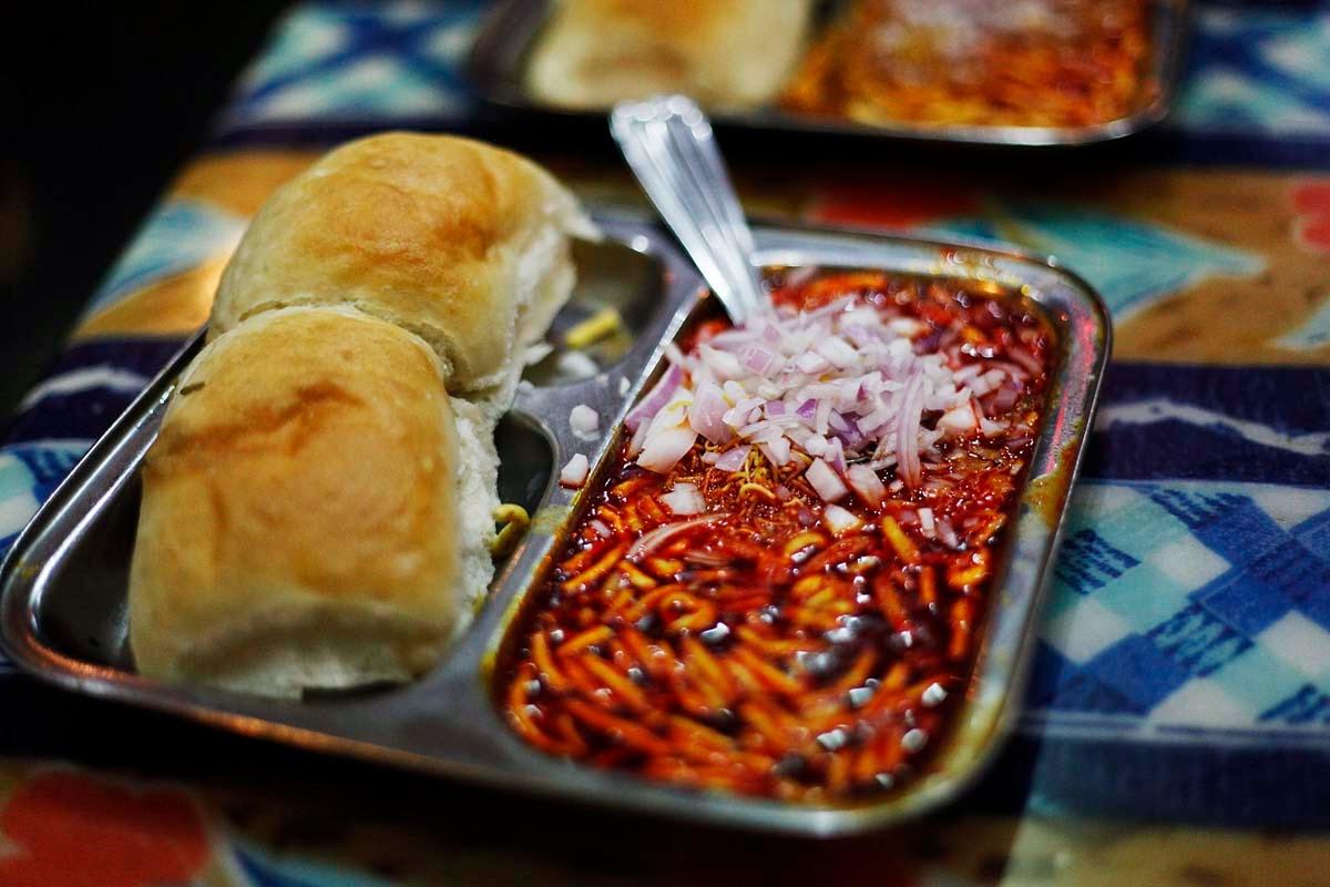 Puneri Misal Recipe In Marathi - Maharashtrian Misal Pav ...  Misal Pav Recipe In Marathi