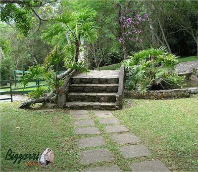 Escada de pedra com pedra rachão, um tipo de pedra bruta que sobra dos cantos de paralelepípedos com a pedra folheta.