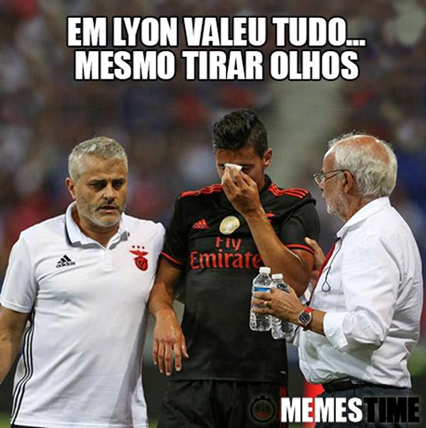 Memes Time André Almeida – Em Lyon vale tudo… Mesmo tirar olhos.