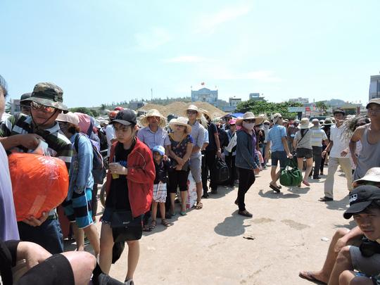 Khách du lịch đổ ra đảo Lý Sơn nhân dịp lễ 8-3