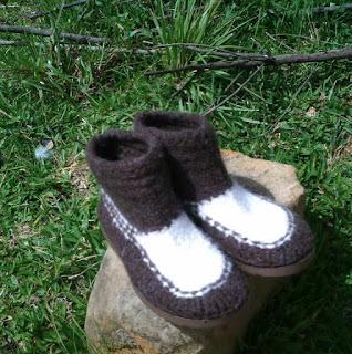 sapato tricotado nas cores preta e crua, natural da ovelha, e feltrado número 41