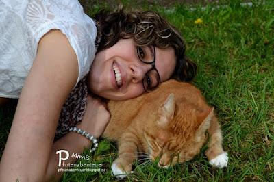 Zweibeinerin Betty kuschelt mit Katze Mimi