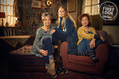 Valarie Pettiford, Teresa Palmer y Alex Kingston en A Discovery of Witches
