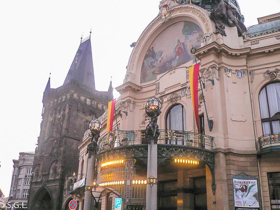 Torre de la polvora y casa municipal en Praga