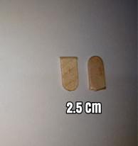 Buat dua buah potongan stik kecil panjangnya 2,5 cm