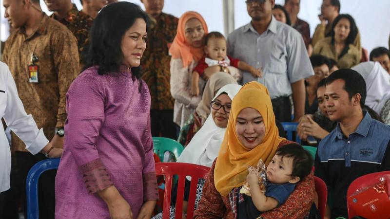 Iriana Jokowi memantau pemberian vaksin ulang anak yang terkena vaksin palsu