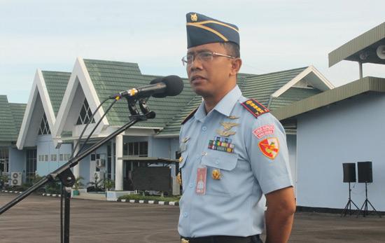AMANAT : Komandan Wing Udara 7 Lanud Supadio Kolonel Pnb Setiawan mewakili Danlanud Supadio pada upacara bendera, Senin (8/1) di main Apron Lanud Supadio. Foto Kapentak Lanud Supadio