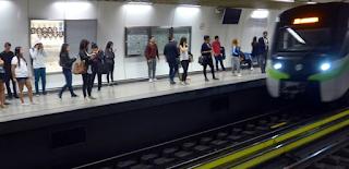 Επεσε και σκοτώθηκε στις ράγες του μετρό και την έβρισαν για την καθυστέρηση