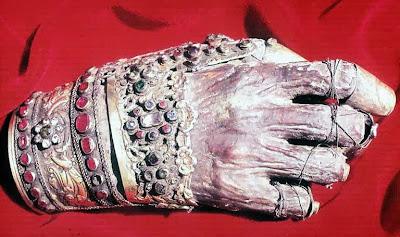 Το Δεξί χέρι του Αγίου Ιωάννου του Χρυσοστόμου  στην Μονή Φιλοθέου στο Άγιον Όρος