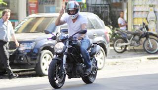 Pilotar moto com apenas uma mão: Babaquice extrema...