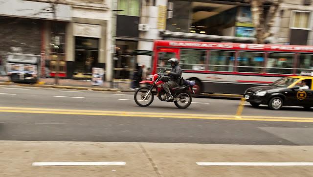 Motociclista andando en Avenida