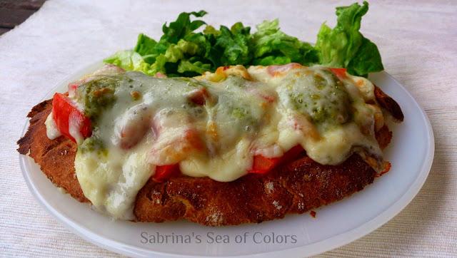 Bruschetta con tomate y queso al pesto