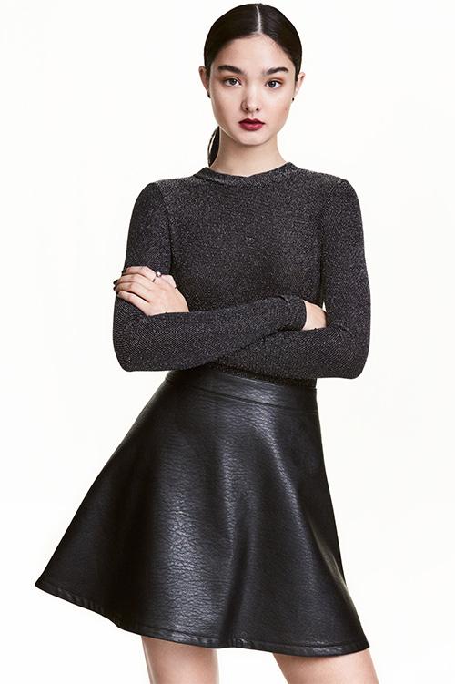 Jupe courte évasée simili cuir noir H&M