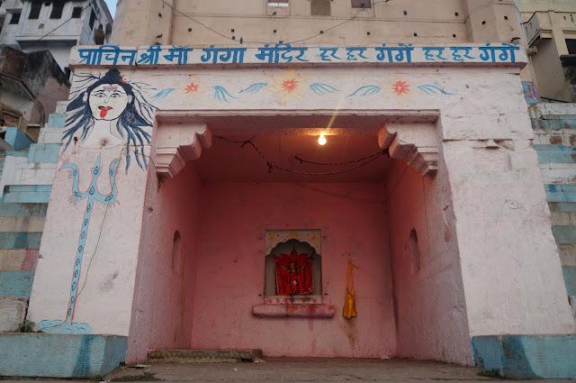 Kuil Dewi Durga berwarna merah di pinggir sungai Gangga