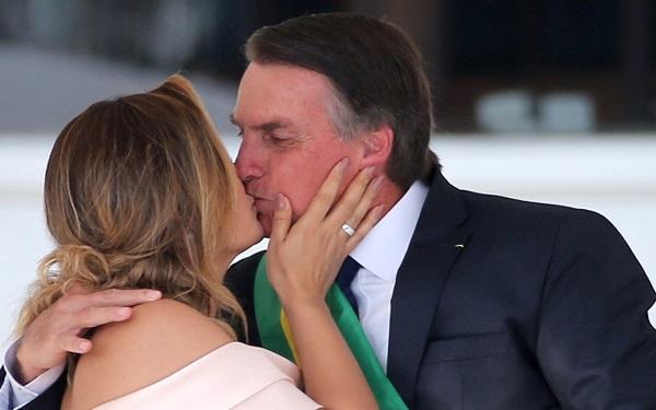 Michelle Bolsonaro beijo o marido no parlatório do Palácio do Planalto (Imagem: Reprodução/Veja)