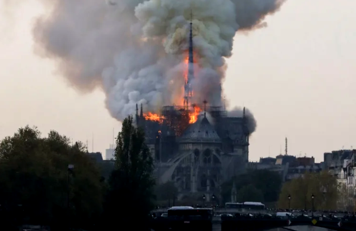 Mahkota Berduri Yang Dipakai Yesus Berhasil Di Selamatkan Dari Kebakaran Dari Gereja Notre Dame