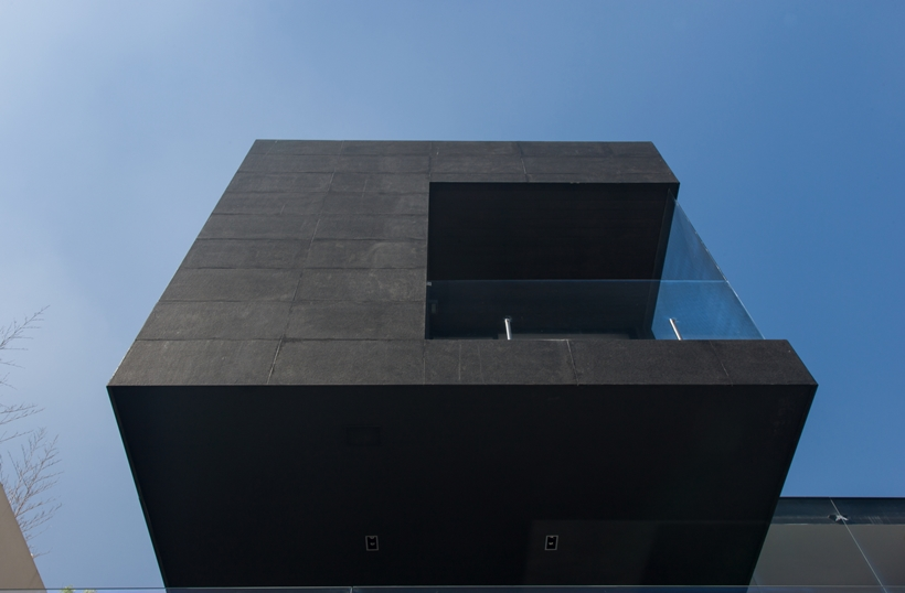 Black panels on Dominant modern mansion by GLR Arquitectos