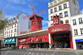 Montmartre. Le Moulin Rouge tout proche de la Butte Montmartre.