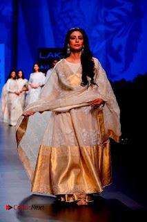 Actress Tabu Walk on Ramp for Gaurang Shah at Lakme Fashion Week  0014.jpg