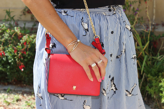 sac rouge zara, jupe à rayures et oiseaux
