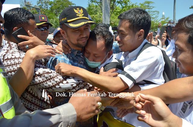 Temui Massa Demonstran, Kehadiran Emil Dardak Diwarnai Tangis Haru GTT dan PTT