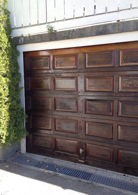puerta de cochera o garaje con barniz