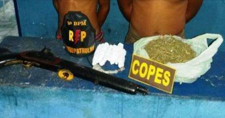 Jovem e adolescente de 16 anos são pegos com drogas e arma em Mata Grande