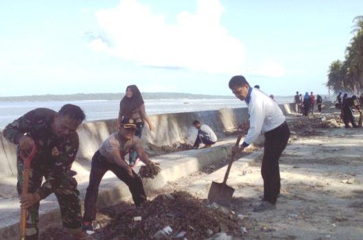 Camat Bontosikuyu Gandeng Danramil-Kapolsek, Mahasiswa, Karang Taruna Dan PiS.COM, Bersihkan ,Pantai Tile-Tile