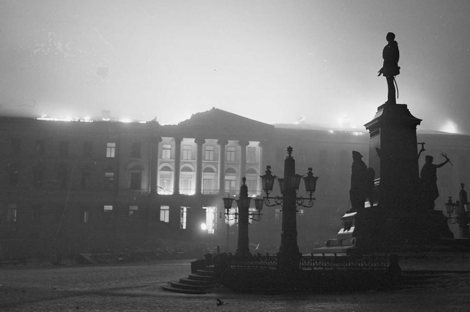 El bombardeo de Helsinki. El edificio principal de la Universidad de Helsinki, en la Plaza del Senado, arde durante la noche.