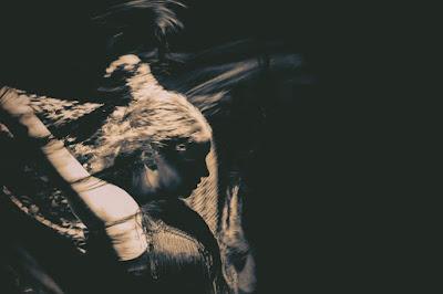 czerń, jak medytować, flamenco, ruch, kobieta, medytacja, taniec; źródło: magdeleine.co,  by PASQUALE VITIELLO