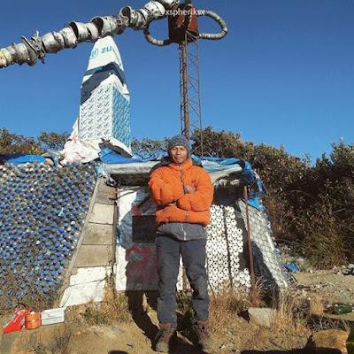 foto mas bowo sang pembuat rumah botol gunung lawu