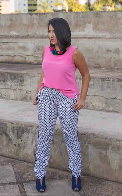 Look colorido para trabalhar: Blusa rosa e calça estampada