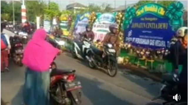 Luar Biasa! Pemotor Lakukan Ini Saat Melewati Rumah Korban Lion Air