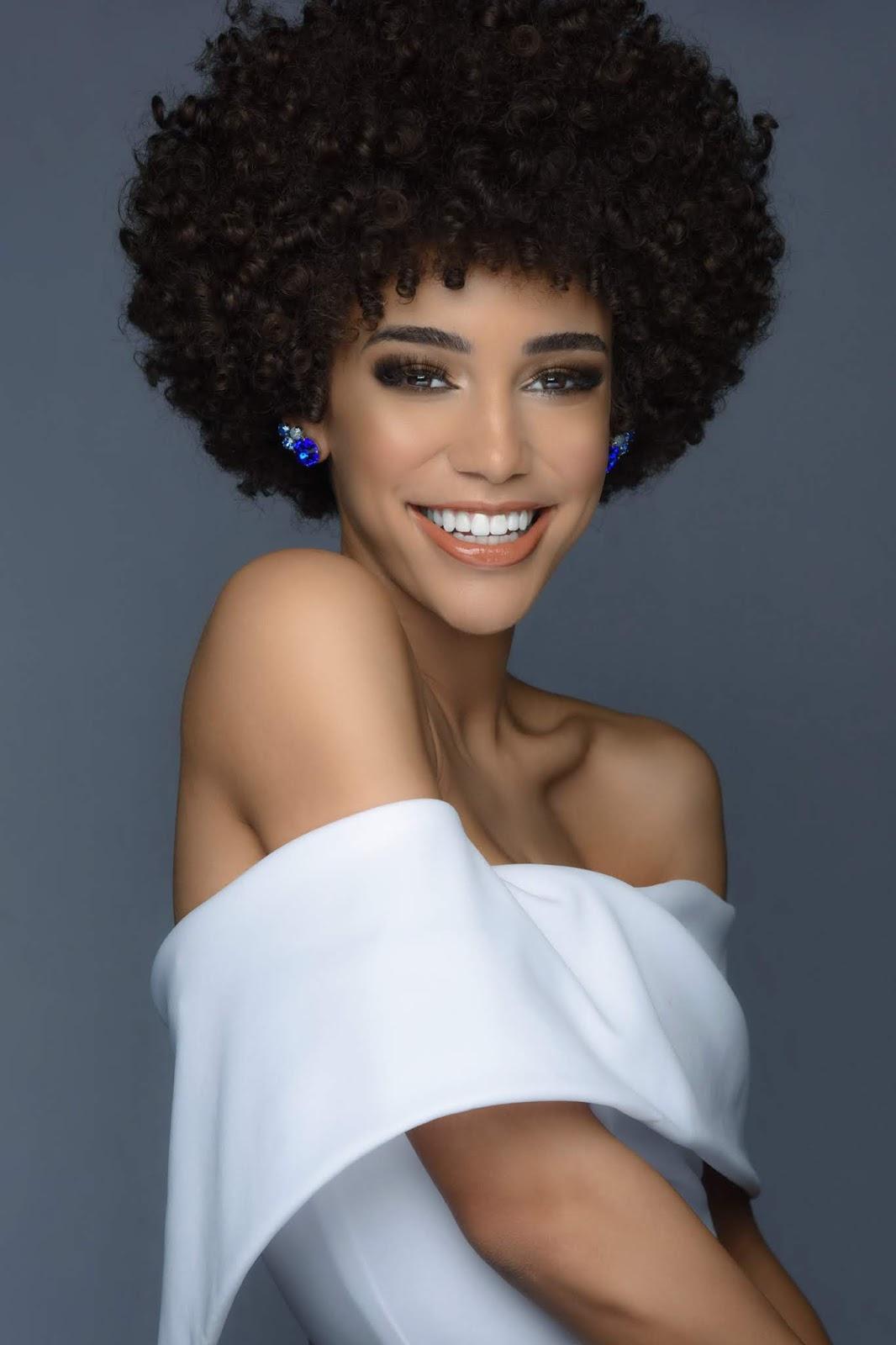 Kaleigh Garris wanita kulit hitam manis seksi bahu mulus