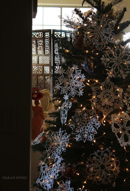 Christmas, tree, snowflakes, noel, navidad, natale, snow, paper, ornaments, 2016, Christ, angel, star, decorations, decor, deco, interior, interiores, house, home, casa, season, holiday, handmade, art, arte, lights, Christmastime, decoration, diy, weihnachten, cut-paper, medallions, handwork, Sarah, Myers, photography, sculpture, screen
