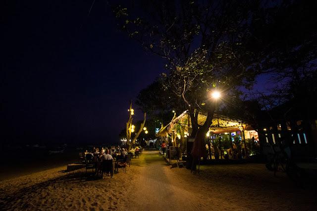 Lungomare e spiaggia di Sanur di notte, Bali
