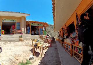 Pedro comprando lembranças. Salineras de Maras / Peru.