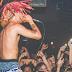 Lil Pump se irrita com hater jogando garrafa nele durante performance e abandona show