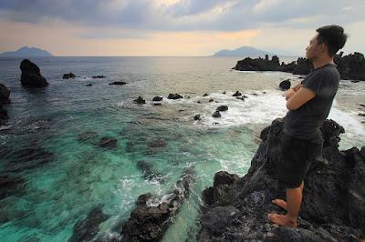 Di atas puncak salah satu karang pantai Inaburak