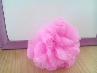 Une fleur de douche repliée et prête à l'emploi