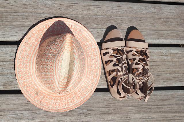 maituins-complementos-sombrero-green_coast-sandalias_nude-zara