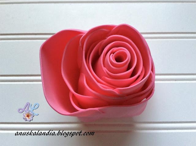 Rosa-gigante-en-goma-eva-o-foamy-18-2-pegar-espaciando-entre-pétalos-Anuskalandia