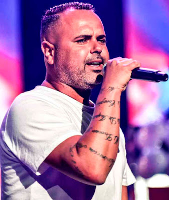 Foto de Juan Magan cantando en concierto