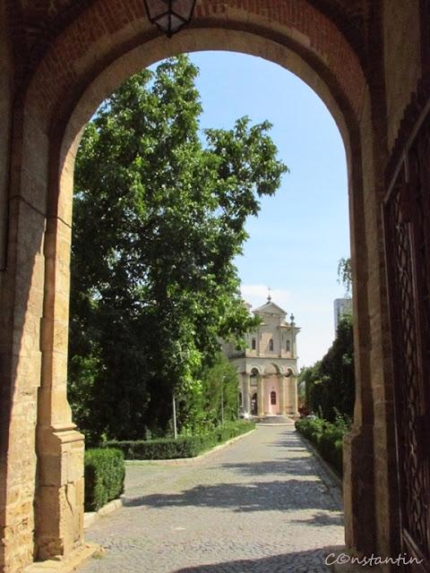 Mănăstirea Bărboi (framing prin elemente arhitectonice) - blog FOTO-IDEEA